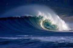 Het tubulaire het surfen golf breken op tropisch strand royalty-vrije stock fotografie