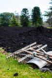 Het tuinieren hulpmiddelen die op een de lentegazon liggen met vers digged compo stock afbeelding