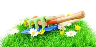 Het tuinieren hulpmiddelen op gras Stock Afbeeldingen