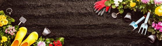 Het tuinieren hulpmiddelen op grondachtergrond Royalty-vrije Stock Afbeelding
