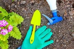 Het tuinieren hulpmiddelen op grondachtergrond royalty-vrije stock afbeeldingen