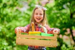 Het tuinieren klassen Inspecteer vroeg het insectprobleem van de tuin dagelijks vlek Ecologieonderwijs Meisje die installaties pl stock afbeelding