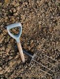 Het tuinieren metafoor - de rotsachtige grond, gebroken vork, verliet hoop Royalty-vrije Stock Foto