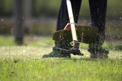Het tuinman scherpe gras door grasmaaimachine Royalty-vrije Stock Foto