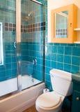 Het turkooise tegelwerk in een badkamers Stock Foto's