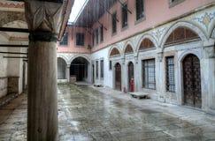 Het Turkse de straatleven van Istanboel op een regenachtige de herfstdag royalty-vrije stock afbeelding