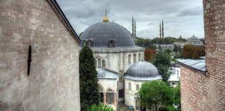 Het Turkse de straatleven van Istanboel op een regenachtige de herfstdag royalty-vrije stock fotografie