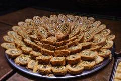 Het Turkse die snoepje van kadayifbaklava met honing en pistachenoten wordt gemaakt Stock Afbeeldingen
