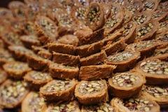 Het Turkse die snoepje van kadayifbaklava met honing en pistachenoten wordt gemaakt Stock Foto