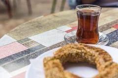 Het Turkse ongezuurde broodje met een glas thee in de koffie, sluit omhoog stock foto