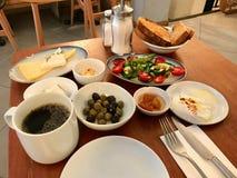 Het Turkse Ontbijt met Bergamotsh-Jam, stroopte Ei, Kaas, Chili Butter, Olijven en Lor Curd Cheese Served met Thee/Koffie bij R royalty-vrije stock foto