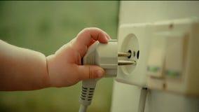 Het tussenvoegsel elecrtic stop van de baby` s Hand in muurcontactdoos stock videobeelden
