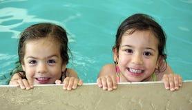 Het tweeling meisjes zwemmen royalty-vrije stock afbeelding