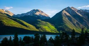 Het tweeling van de de Gloedzonsondergang van Piekencolorado Alpiene Meer MountainScape Stock Fotografie