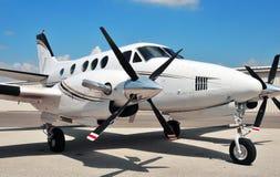 Het tweeling vliegtuig van de Motor op tarmac royalty-vrije stock afbeelding