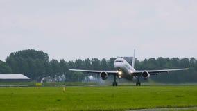 Het tweelingmotorvliegtuig versnelt en stijgt op stock videobeelden
