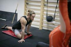 Het tweepersoons uitwerken in de gymnastiek Stock Fotografie