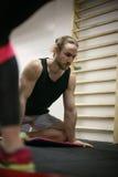Het tweepersoons uitwerken in de gymnastiek Royalty-vrije Stock Afbeeldingen
