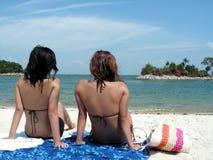 Het tweetal van de bikini bij strand Stock Fotografie
