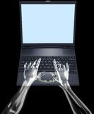 Het Type van Handen van het glas op Laptop Stock Afbeelding