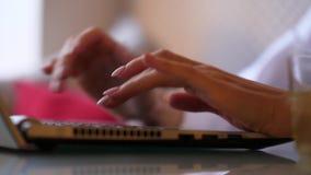 Het type van vrouwenhanden op toetsenbord dichte omhooggaand stock videobeelden