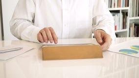 Het typen op digitale tablet stock videobeelden