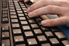 Het typen op een toetsenbord Stock Foto