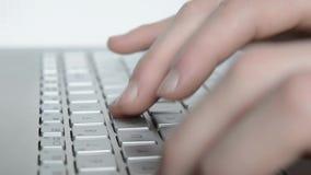 Het typen op een toetsenbord stock video