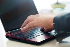het typen op laptop royalty-vrije stock fotografie