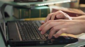 Het typen op laptop stock footage