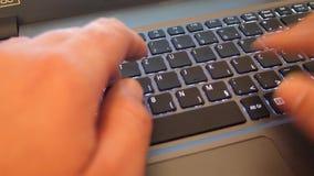 Het typen op laptop toetsenbord