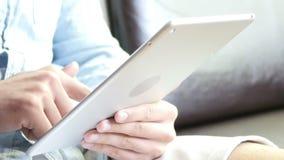 Het typen op Tablet stock video