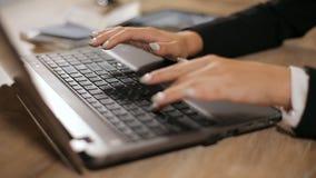 Het typen op toetsenbord stock footage