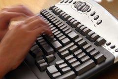 Het typen op toetsenbord stock fotografie