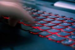 Het typen snel op modern rood lichttoetsenbord royalty-vrije stock afbeeldingen