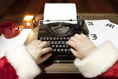 Het typen van de Kerstman Stock Foto