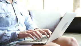 Het typen van de mens op laptop stock footage