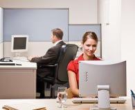 Het typen van de onderneemster op computer bij bureau stock fotografie