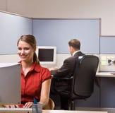 Het typen van de onderneemster op computer bij bureau stock afbeelding