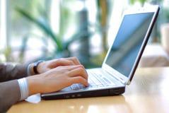 Het Typen van de persoon op moderne laptop Stock Fotografie