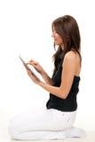 Het typen van de vrouw op haar nieuwe elektronische tabletaanraking Stock Afbeeldingen