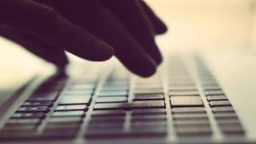 Het typen van de vrouw op laptop stock footage