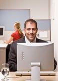 Het typen van de zakenman op computer bij bureau stock afbeelding