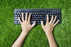 Het typen van toetsenbord op gras royalty-vrije stock fotografie