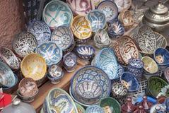 Het typische gekleurde aardewerk op souk in Marrakech Royalty-vrije Stock Afbeeldingen