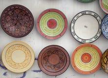Het typische gekleurde aardewerk op souk in Marrakech Royalty-vrije Stock Foto
