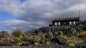 Het typische kleine steenplattelandshuisje door het overzees Stock Afbeelding