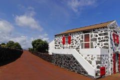 Het typische kleine zwart-witte steenplattelandshuisje Royalty-vrije Stock Afbeelding