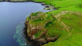 Het typische landschap van de Schotse Hooglanden - luchthommellengte stock footage
