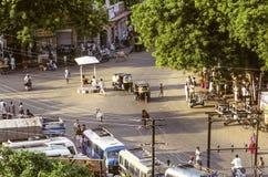 Het typische leven van de middagstraat in Delhi met koeien, tuktuks, peopl Royalty-vrije Stock Foto's